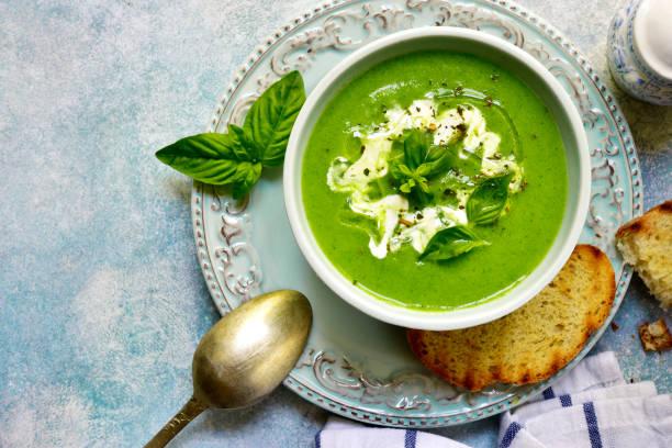 gesunder brokkoli-cremesuppe - spinatsuppe stock-fotos und bilder