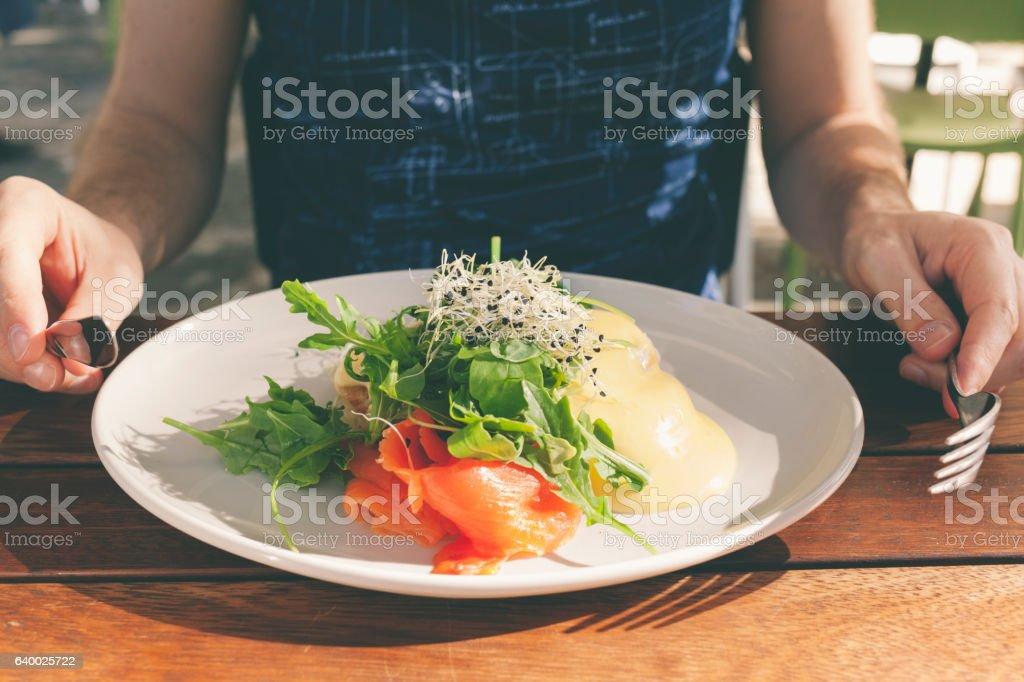 Healthy brunch - poached egg with smoked slmon and salad - Royaltyfri Bildskärpa Bildbanksbilder