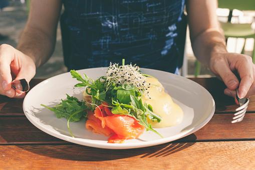 Healthy Brunch Poached Egg With Smoked Slmon And Salad-foton och fler bilder på Bildskärpa