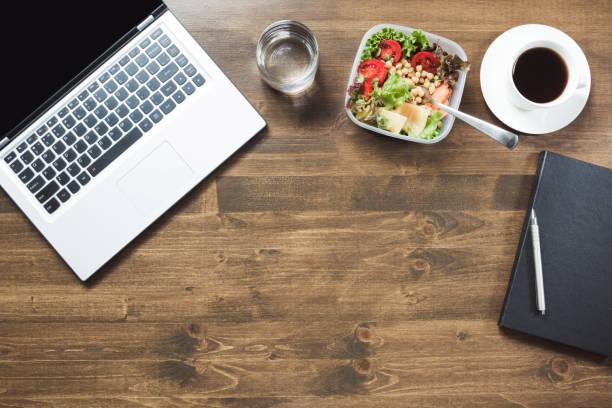 friska affärslunch i kontor, sallad, kaffe på träbord. ovanifrån med kopia utrymme. begreppet hälsosam kost. lunchbox. - lunchrast bildbanksfoton och bilder