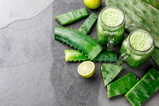 Sana Cactus Nopales Aloe Vera Y Limón Detox Bebida En Recipientes E Ingredientes Sobre Fondo Gris Vista Superior Foto de stock y más banco de imágenes de Alimento