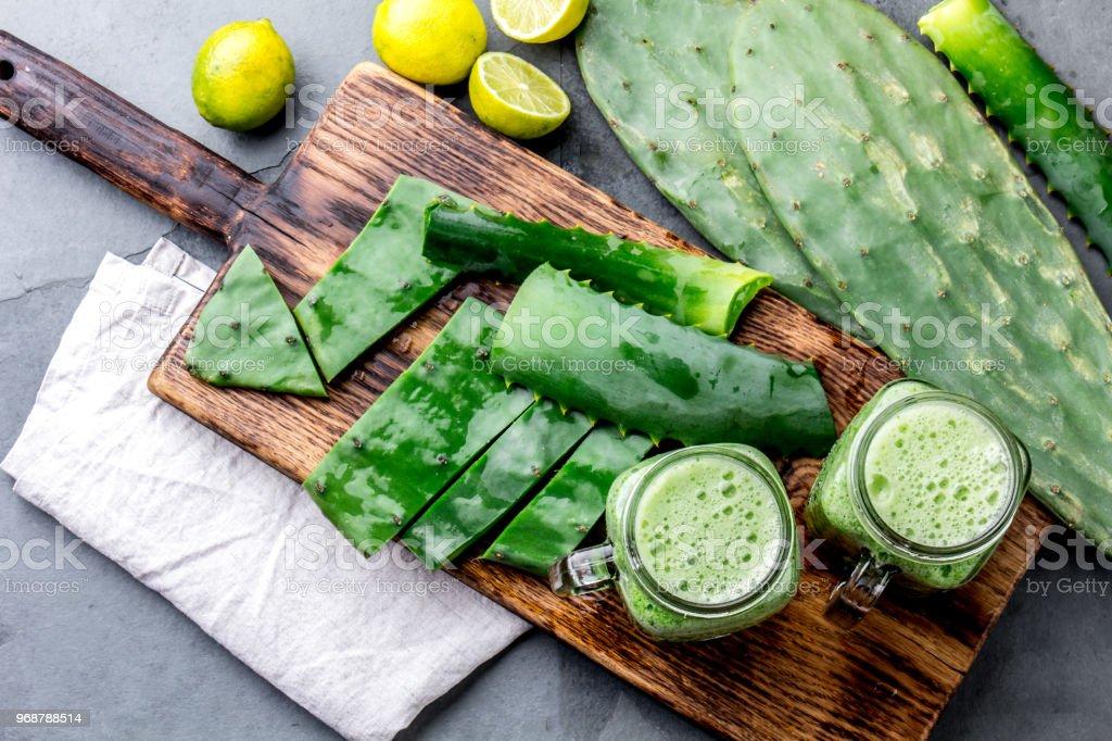 Gesunder Kaktus Nopales Aloe Vera Und Zitrone Detox Getränke In ...