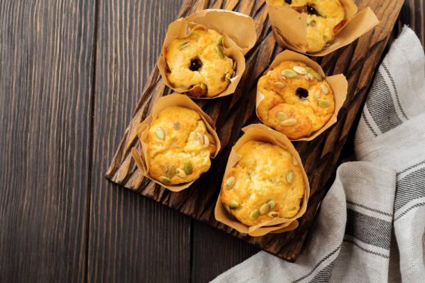 gesunden käse muffins mit polenta, cherry tomaten und kürbiskerne zum frühstück. selektiven fokus. ansicht von oben. kopieren sie raum. - käsemuffins stock-fotos und bilder