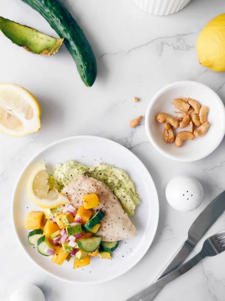gesunden hühnerbrust mit bunten salsa - silberzwiebeln stock-fotos und bilder