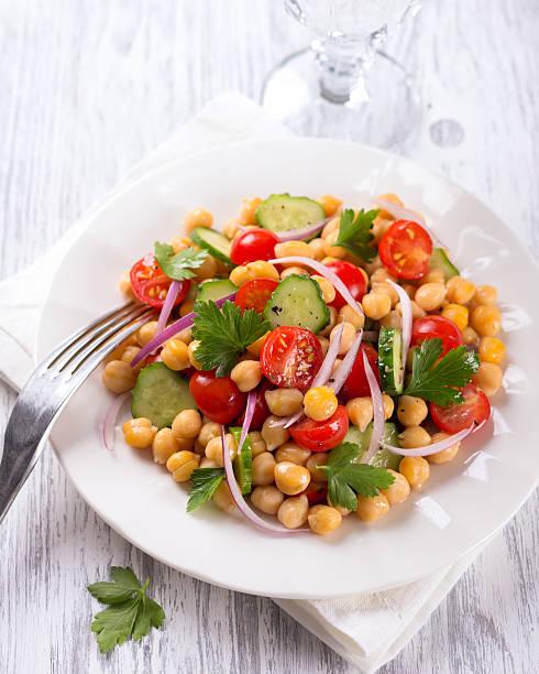 Gesunde Kichererbsen-Salat mit Gemüse – Foto