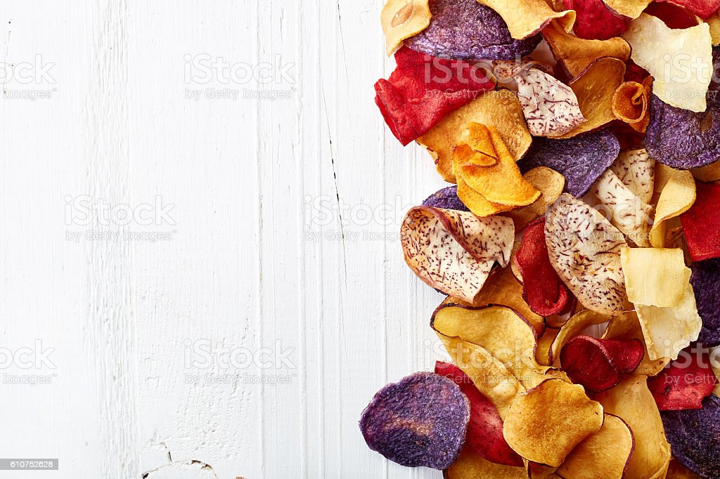 Healthy colorful vegetable chips - foto de acervo