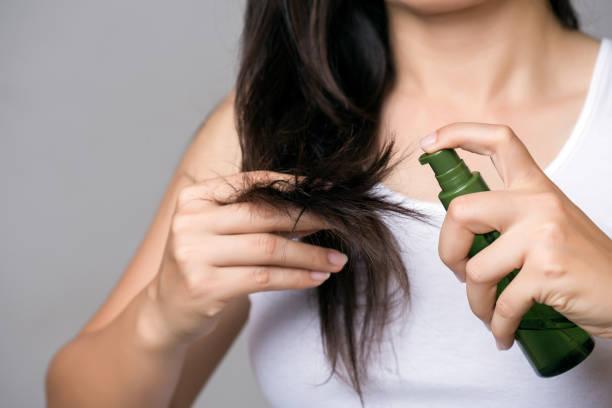 Gesundes Konzept. Frau Hand hält beschädigte lange Haare mit Öl-Haar-Behandlung. – Foto