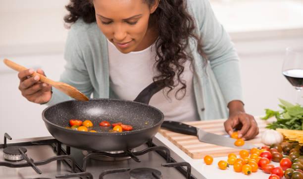hälsosam matlagning. - food woman to smell bildbanksfoton och bilder