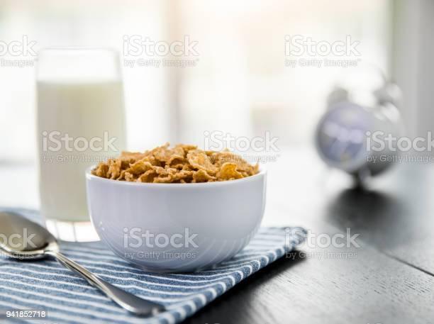 Healthy Corn Flakes With Milk For Breakfast On Table Food And Drink - Fotografias de stock e mais imagens de Alarme