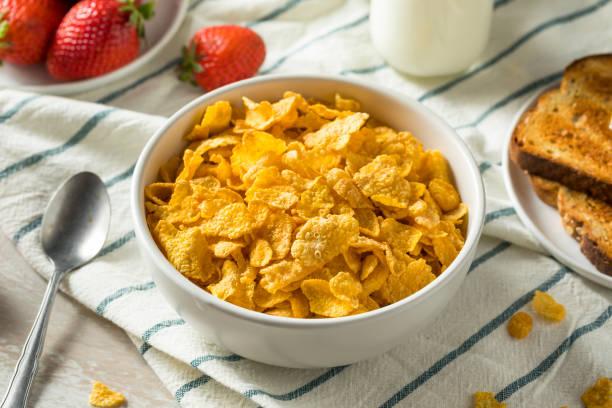 saludable corn flakes con leche para el desayuno - corn flakes fotografías e imágenes de stock