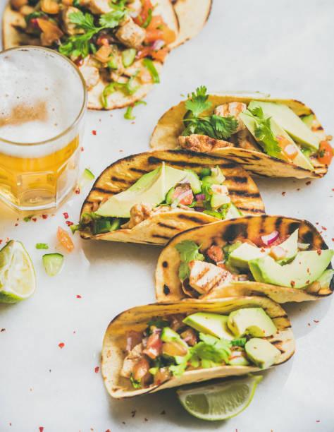 gesund mais-tortillas mit gegrilltem hühnerfilet, avocado und bier - bier gesund stock-fotos und bilder