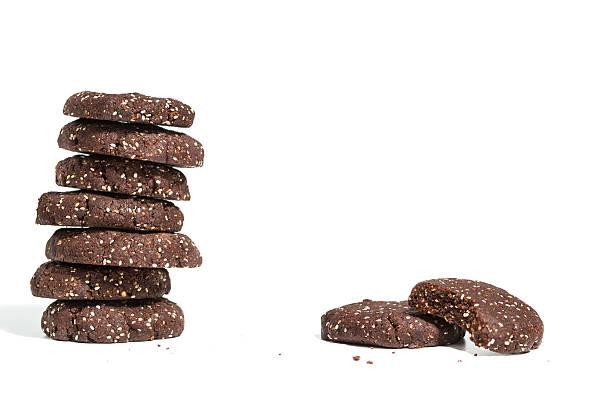 gesunde dunkle schokolade und chia seed cookies - paleo kuchen stock-fotos und bilder