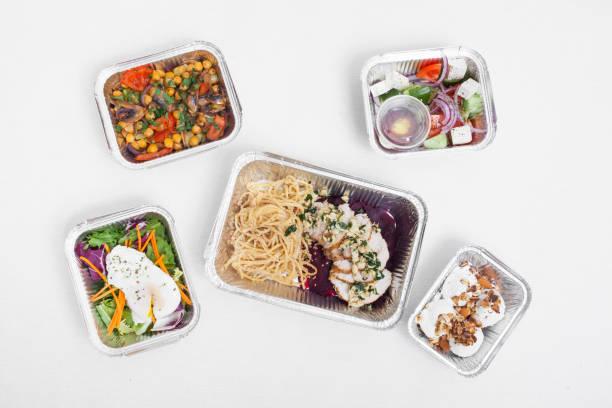 gesunde lieferung lebensmittel in behältern; - gesunde huhn pasta stock-fotos und bilder