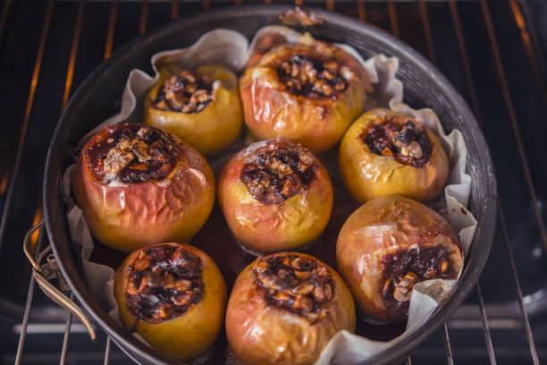 gesundes dessert, apfel mit nüssen und im ofen gebackenen marmelade - bratäpfel stock-fotos und bilder