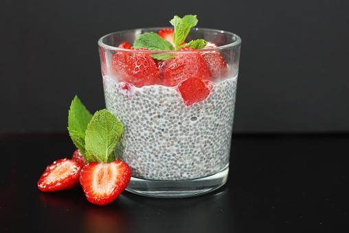 Gezonde Dessert Pudding Chia Zaden In Yoghurt Yoghurt En Aardbeien En Munt In Het Glas Kommen Zwarte Achtergrond Stockfoto en meer beelden van Aardbei