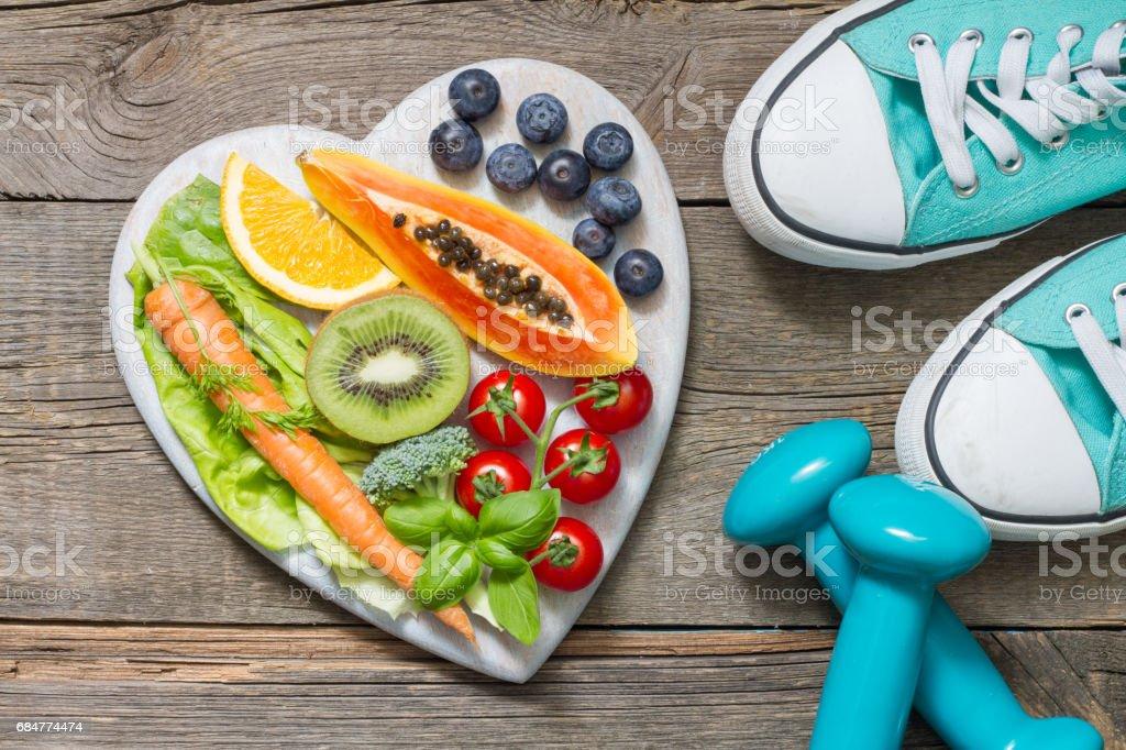 Sano concepto de dieta y deporte con pesas y comida - foto de stock