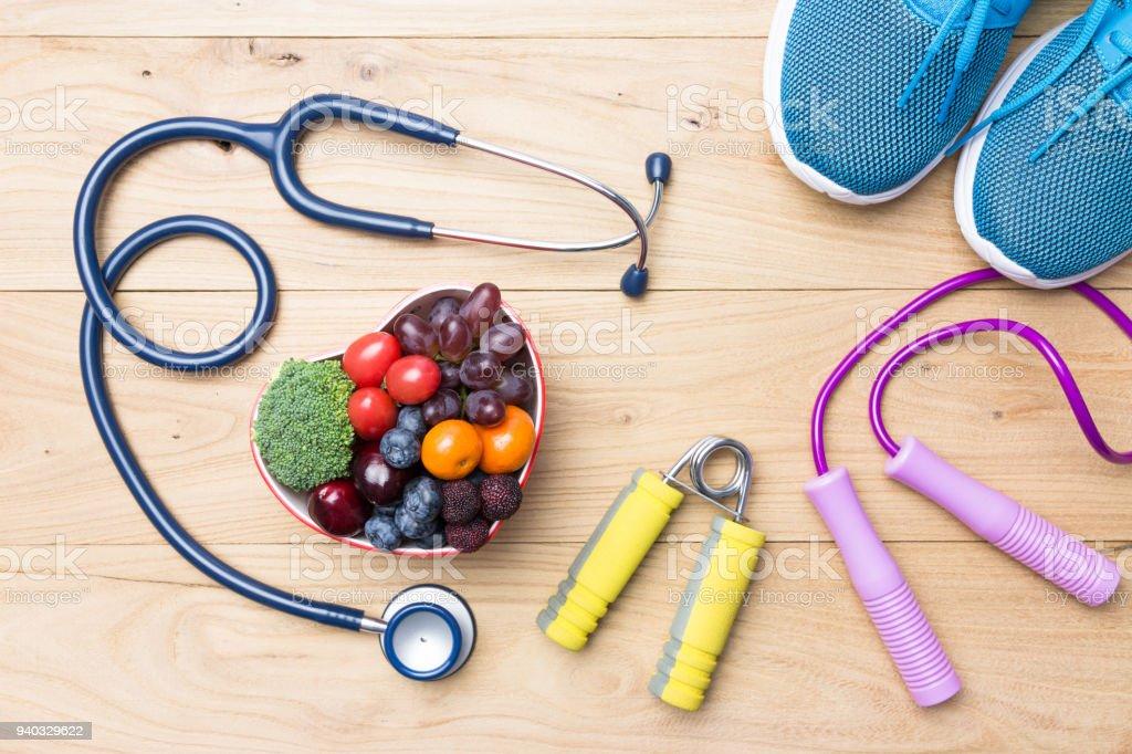 Gesunde Ernährung in eine herzförmige Schüssel – Foto