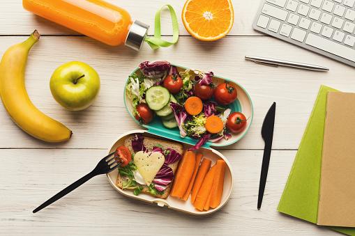 辦公室工作桌午餐飯盒健康晚餐 照片檔及更多 一個人 照片