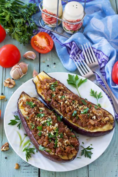 건강한 저녁 식사. 스낵. 나무 테이블에 다진 고기와 야채 가지로 박제. 스톡 사진