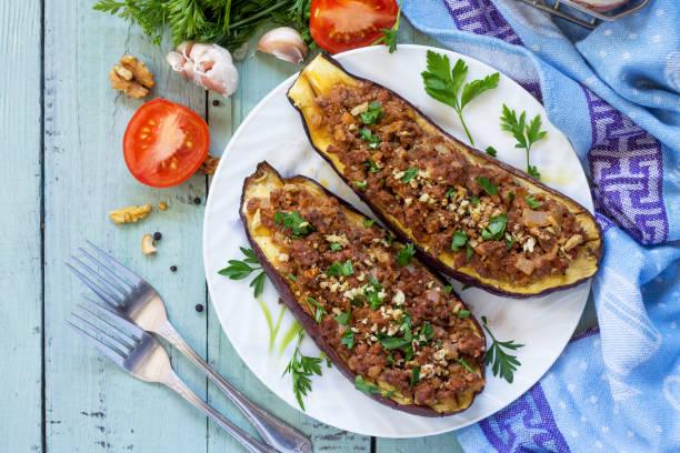 건강한 저녁 식사. 스낵. 나무 테이블에 다진 고기와 야채 가지로 박제. 위에서 볼 수 있습니다. 스톡 사진