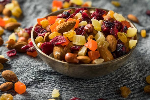 sağlıklı kurutulmuş meyve ve somun mix - kuru meyve stok fotoğraflar ve resimler