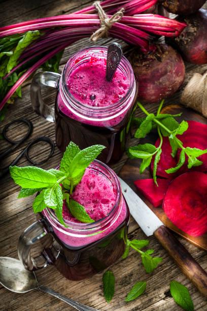 Gesundes Getränk: Rübensaft auf rustikalem Holztisch – Foto