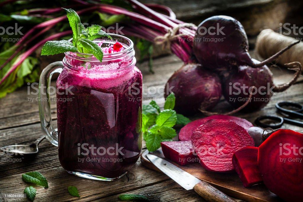 Gezond drankje: bieten sap op rustieke houten tafel - Royalty-free Afvallen Stockfoto
