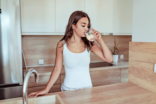 agua potable sanos - lifestyle color background fotografías e imágenes de stock