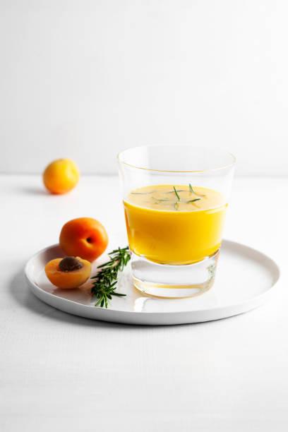 boissons saines, smoothie de légume, jus d'abricot, - cold pressed photos et images de collection