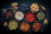 健康的な食事:ナッツ、種子や果物の品揃え。上のビュー。