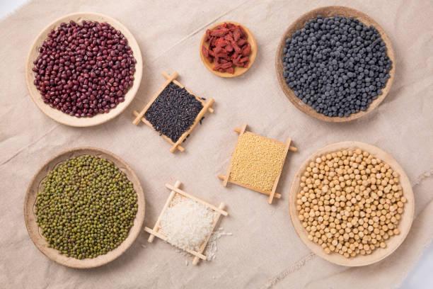 健康的な食事。米、米、キビ、豆、剛 (クコ)、挽く黒健康食品小麦粉のいくつかの種類を行うためそれら。中国、名前付き Wugufen で人気のある食べ物です。 ストックフォト
