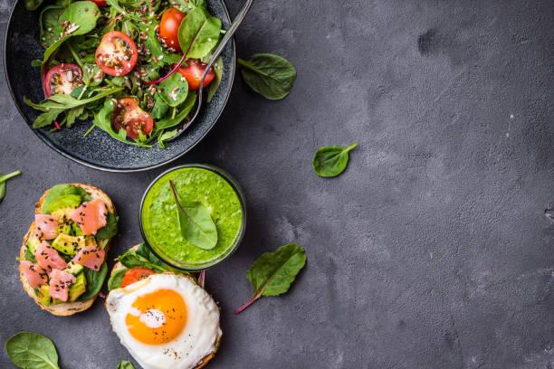 concept de l'alimentation saine - saladier photos et images de collection