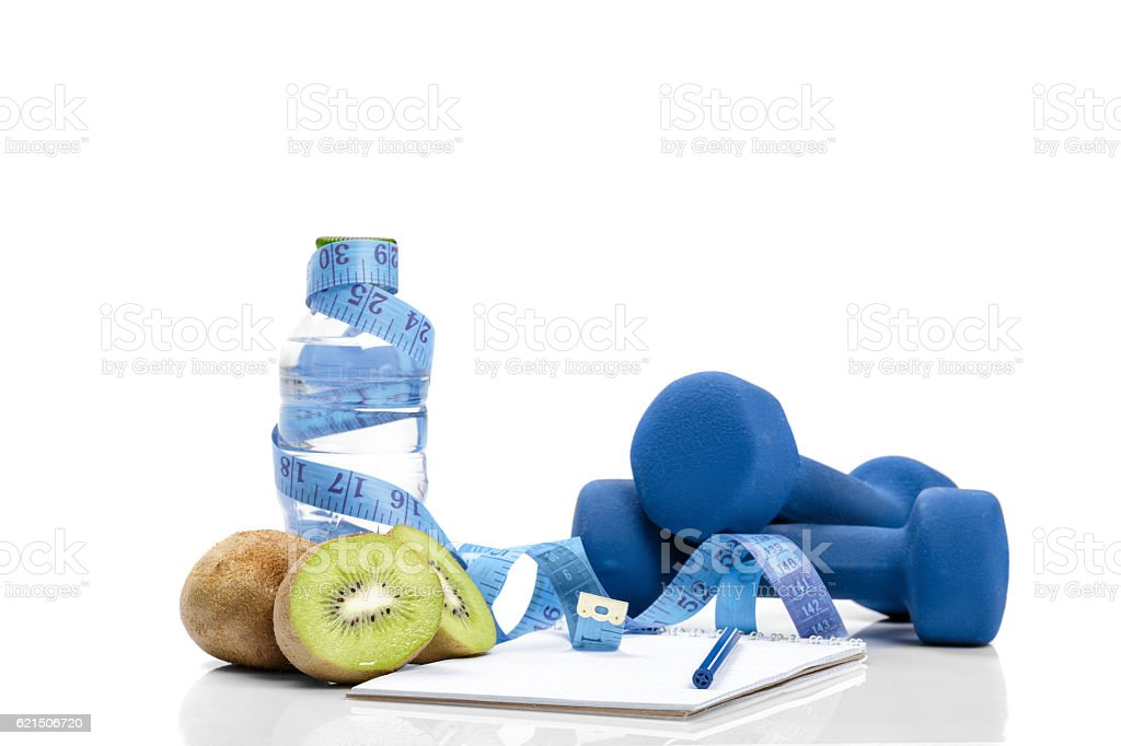 healthy eating, diet and  detox . dumbbells, kiwi  water photo libre de droits