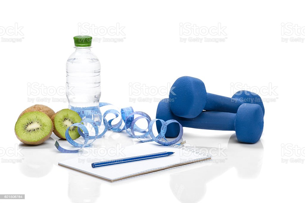 healthy eating, diet and  detox . dumbbells, kiwi  water Lizenzfreies stock-foto