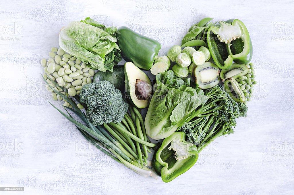 Gesunde Ernährung, mit grünem Gemüse in Herzform – Foto
