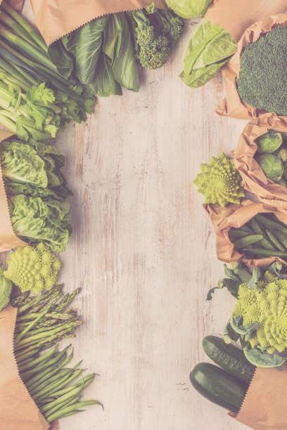 hälsosam kost. gröna grönsaker - pea sprouts bildbanksfoton och bilder