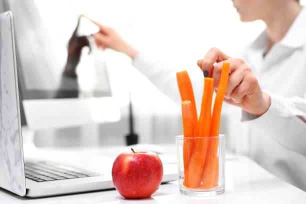 Gesunde Ernährungsgewohnheiten bei der Arbeit. Mittagessen in einem Unternehmen. – Foto