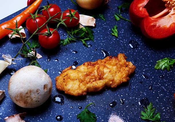gesunde essen - paprikaschnitzel stock-fotos und bilder