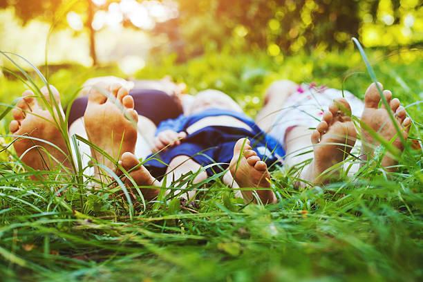 gesunde familie - kinderfüße stock-fotos und bilder