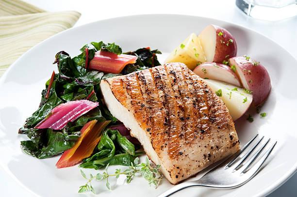 poisson dîner équilibré - colin photos et images de collection
