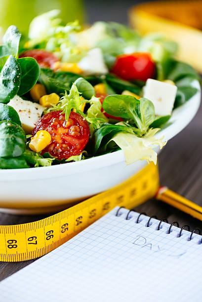 gesunde ernährung und fitness lifestyle-magazin - trainingstagebuch stock-fotos und bilder