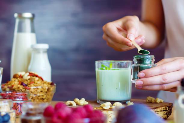 hälsosam fitness mat till frukost - spirulinabakterie bildbanksfoton och bilder