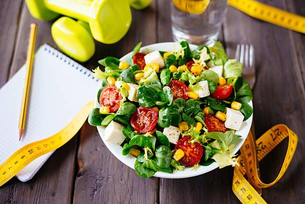 gesunde fitness-salat - trainingstagebuch stock-fotos und bilder