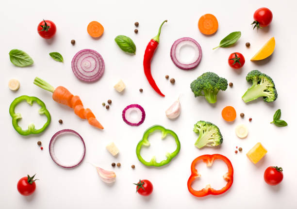 gesunde stagnierte sebene lage von geschnittenem gemüse zusammensetzung - gemüse stock-fotos und bilder