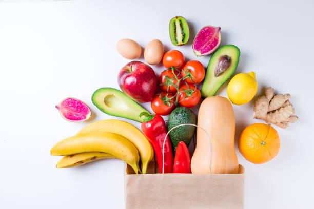 gesunde ernährung-hintergrund. gesunde ernährung in papier tasche obst und gemüse auf weiß. vegetarisches essen. shopping lebensmittel-supermarkt-konzept - kürbis kaufen stock-fotos und bilder