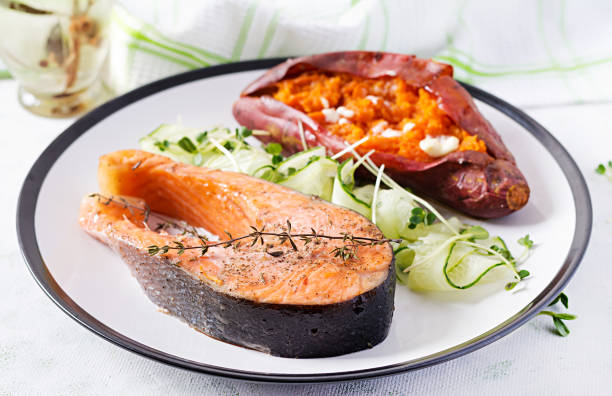 Gesundes Essen: gebackener Lachs und Süßkartoffeln und Gemüse. Diät-Menü. – Foto