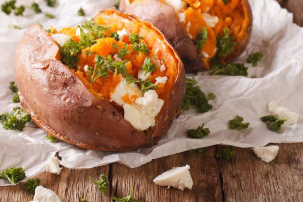 zdrowa żywność: pieczone słodkie ziemniaki nadziewane serem i pietruszką z bliska. poziomy - słodki ziemniak zdjęcia i obrazy z banku zdjęć