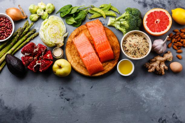 gesunde ernährung sauber essen auswahl - gemüse zu fisch stock-fotos und bilder