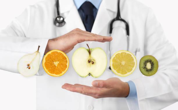 gesunde ernährung-diät-konzept, hände der ernährungsberaterin arzt mit früchten - birnen rezepte stock-fotos und bilder
