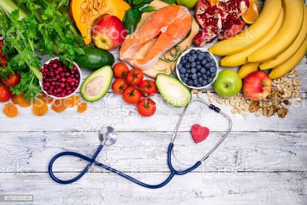 Gesunde Nahrung Für Herz Frischer Fisch Obst Gemüse Beeren Und Nüssen Gesunde Ernährung Diät Und Gesundes Herz Konzept Stockfoto und mehr Bilder von Abnehmen
